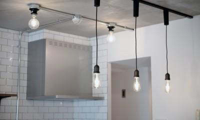 壁・天井もキッチンカウンターもモルタル仕上げの無骨でラフなマンションリノベーション (キッチン照明)