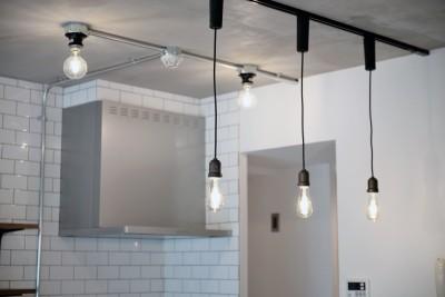 キッチン照明 (壁・天井もキッチンカウンターもモルタル仕上げの無骨でラフなマンションリノベーション)