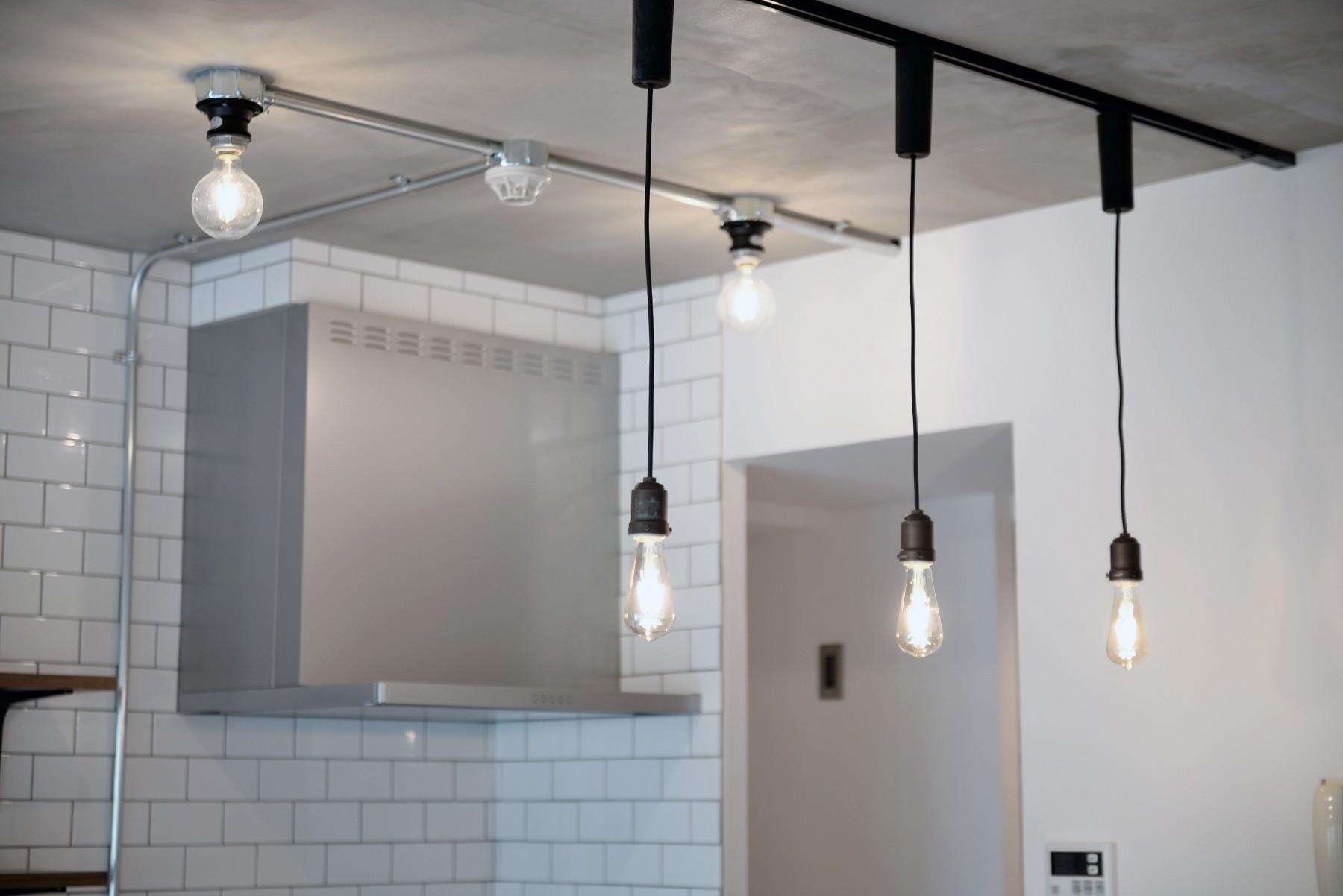 キッチン事例:キッチン照明(壁・天井もキッチンカウンターもモルタル仕上げの無骨でラフなマンションリノベーション)