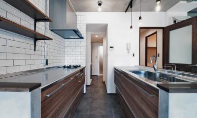 壁・天井もキッチンカウンターもモルタル仕上げの無骨でラフなマンションリノベーション (サニタリーとつながるキッチン)