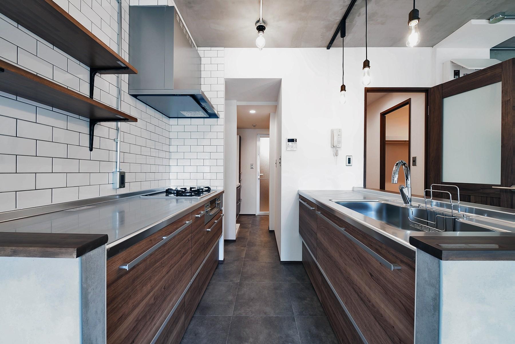 キッチン事例:サニタリーとつながるキッチン(壁・天井もキッチンカウンターもモルタル仕上げの無骨でラフなマンションリノベーション)