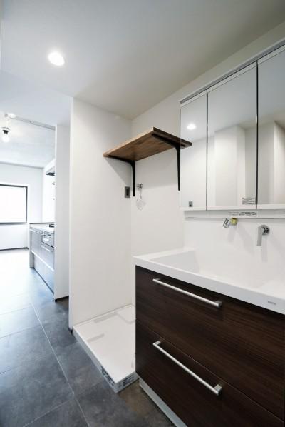 キッチンとつながるサニタリー (壁・天井もキッチンカウンターもモルタル仕上げの無骨でラフなマンションリノベーション)
