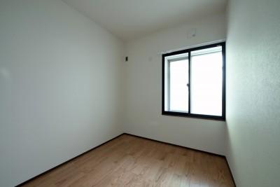 ベッドルーム (壁・天井もキッチンカウンターもモルタル仕上げの無骨でラフなマンションリノベーション)