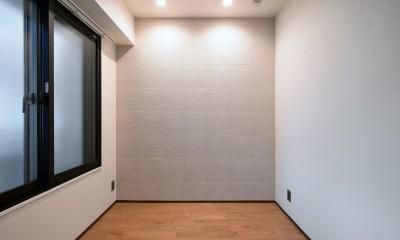 壁・天井もキッチンカウンターもモルタル仕上げの無骨でラフなマンションリノベーション (ベッドルーム)
