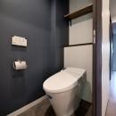 壁・天井もキッチンカウンターもモルタル仕上げの無骨でラフなマンションリノベーションの写真 トイレ