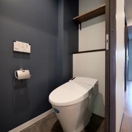 壁・天井もキッチンカウンターもモルタル仕上げの無骨でラフなマンションリノベーション (トイレ)