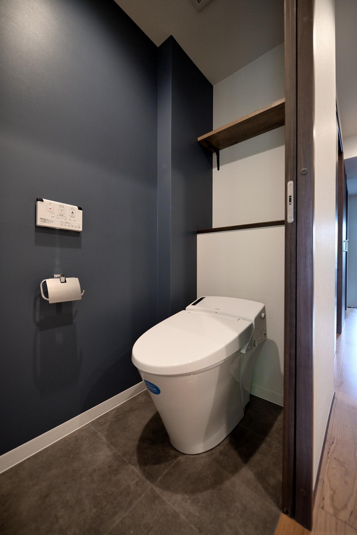 バス/トイレ事例:トイレ(壁・天井もキッチンカウンターもモルタル仕上げの無骨でラフなマンションリノベーション)