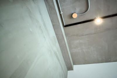 素材感のある壁・天井 (壁・天井もキッチンカウンターもモルタル仕上げの無骨でラフなマンションリノベーション)