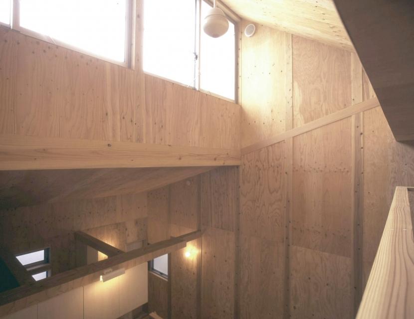 小石川植物園と向き合う家/Niさんの家の部屋 吹抜けハイサイドライト