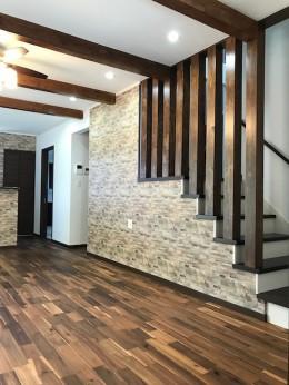 スキップフロアのある和モダンな家 (リビング階段)