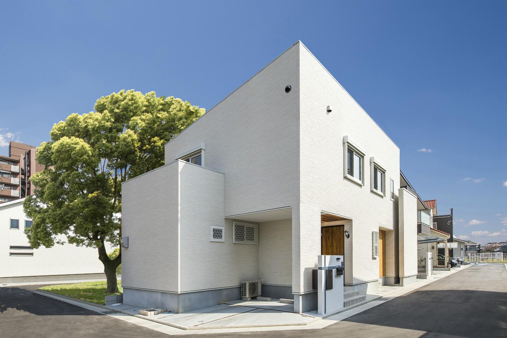 外観事例:キューブ形の白い家(スキップフロアのある家~パッシブハウス~)