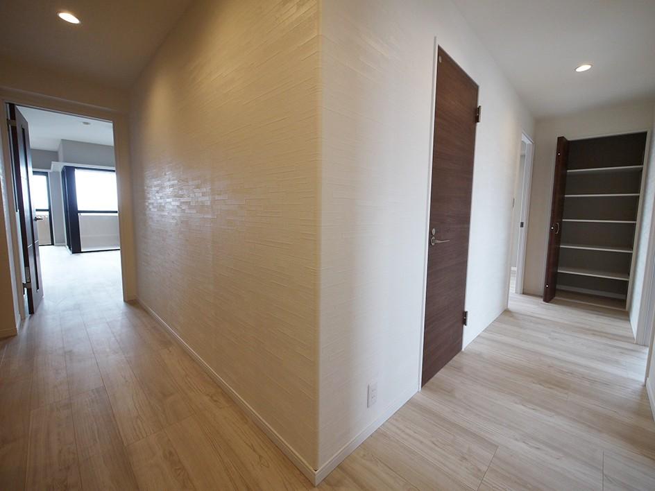 シックなカラーの上質空間 (廊下)