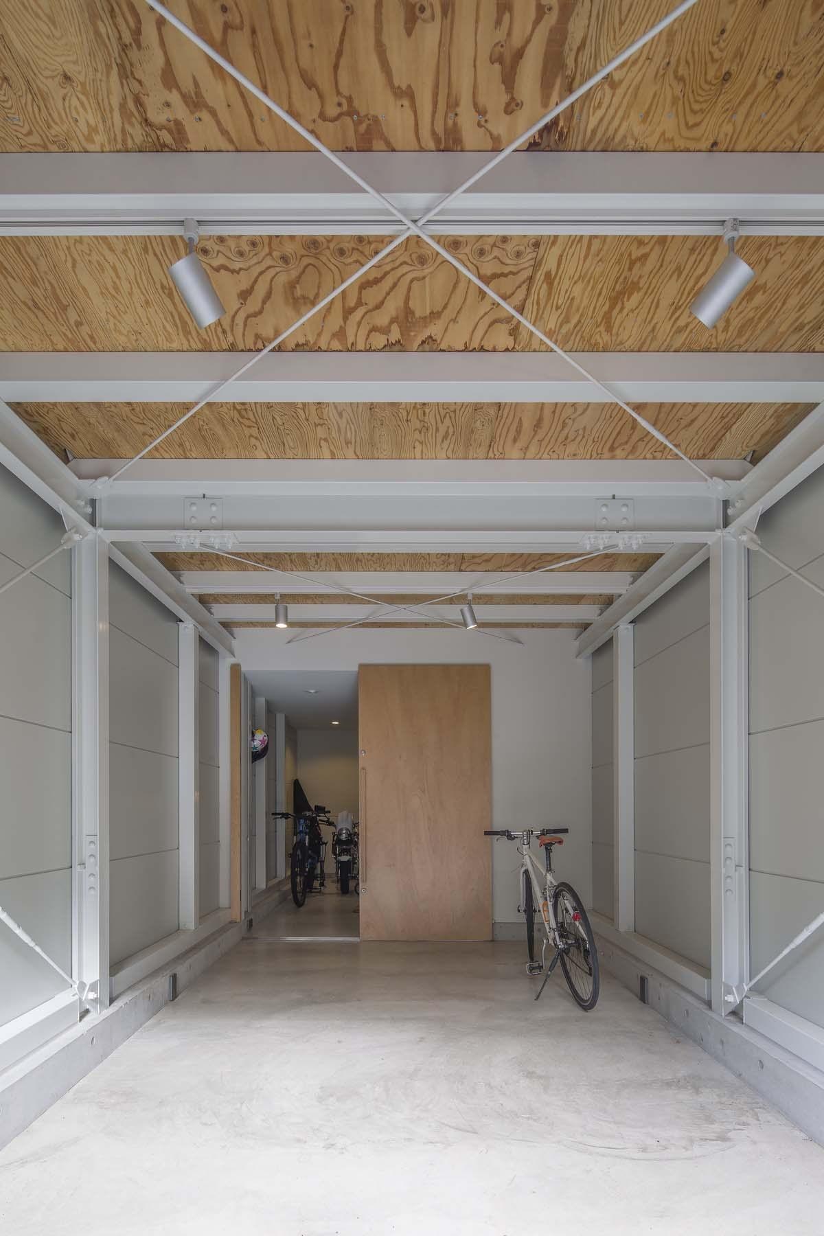 玄関事例:ガレージ(『』の家|鉄骨狭小スキップフロアのガレージハウス【大阪市】)