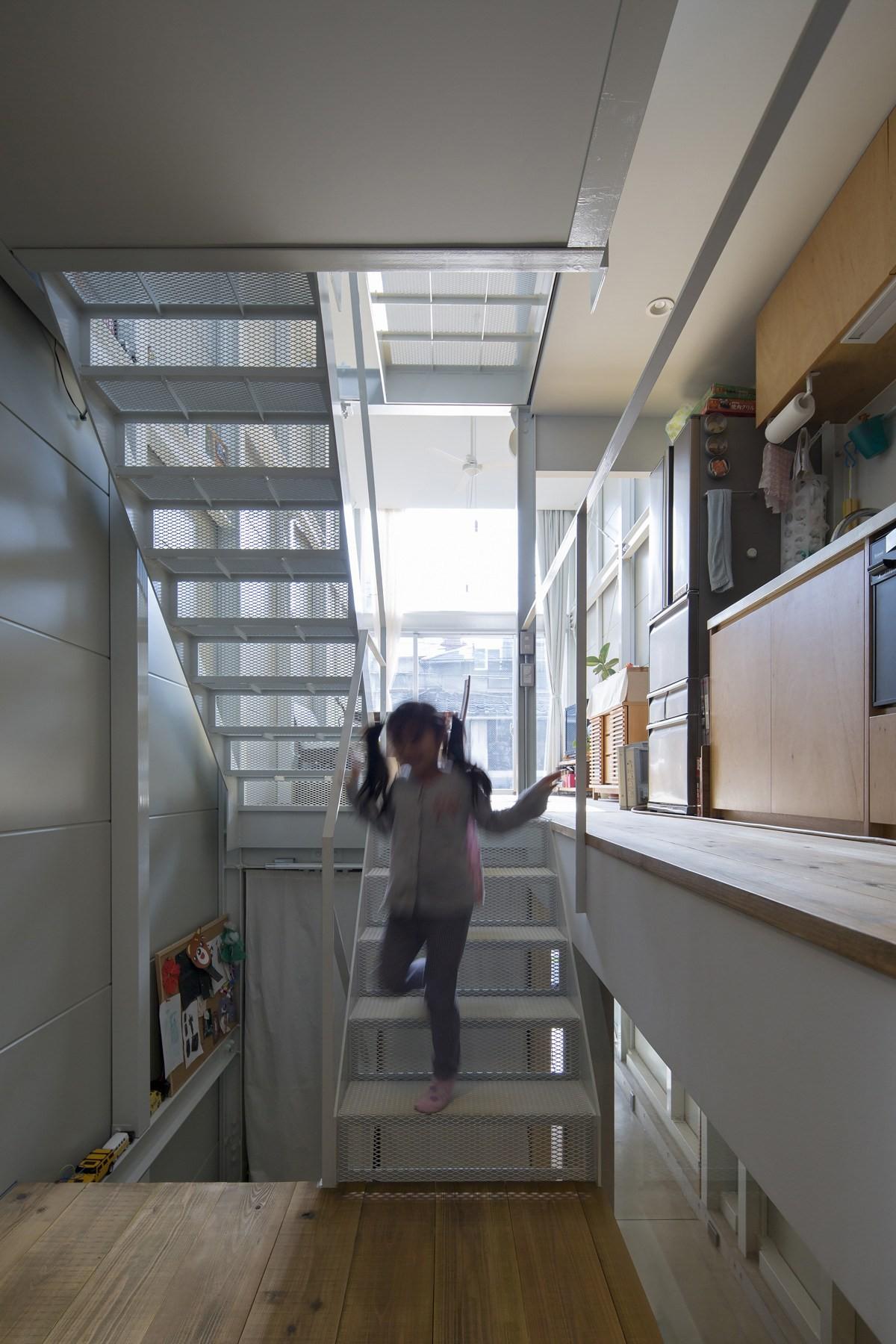 リビングダイニング事例:子供部屋からリビング。(『』の家|鉄骨狭小スキップフロアのガレージハウス【大阪市】)