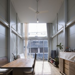 『』の家|鉄骨狭小スキップフロアのガレージハウス【大阪市】 (リビング・ダイニング)