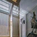 『』の家|鉄骨狭小スキップフロアのガレージハウス【大阪市】の写真 階段からバイクガレージを見る。