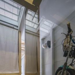 『』の家|鉄骨狭小スキップフロアのガレージハウス【大阪市】 (階段からバイクガレージを見る。)