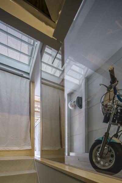 階段からバイクガレージを見る。 (『』の家|鉄骨狭小スキップフロアのガレージハウス【大阪市】)