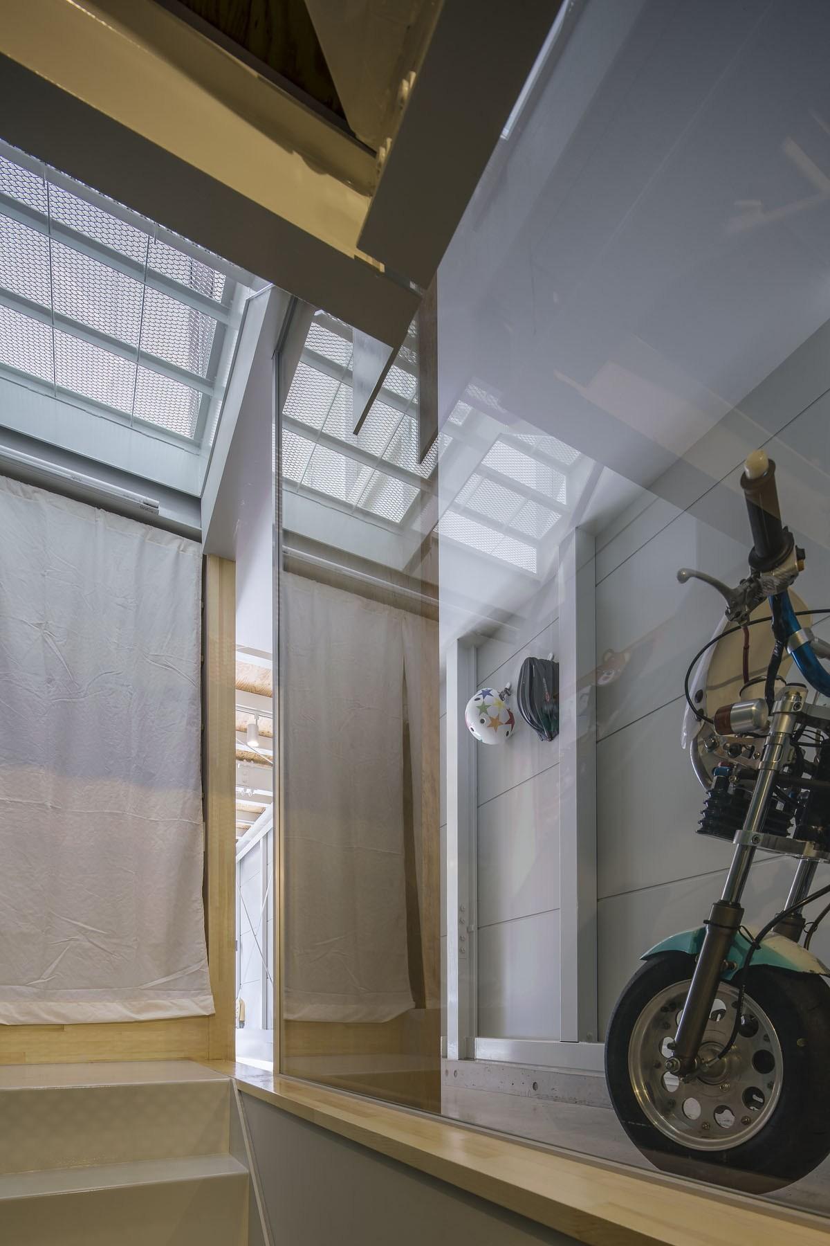 その他事例:階段からバイクガレージを見る。(『』の家|鉄骨狭小スキップフロアのガレージハウス【大阪市】)