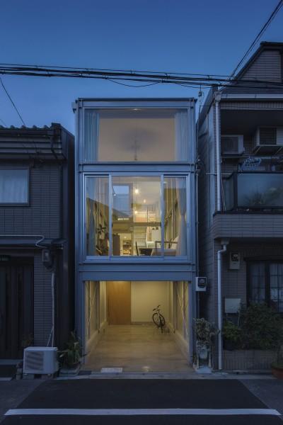 『』の家|鉄骨狭小スキップフロアのガレージハウス【大阪市】 (夕景正面)