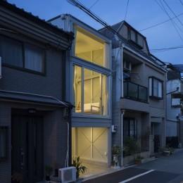 『』の家|鉄骨狭小スキップフロアのガレージハウス【大阪市】 (夕景)