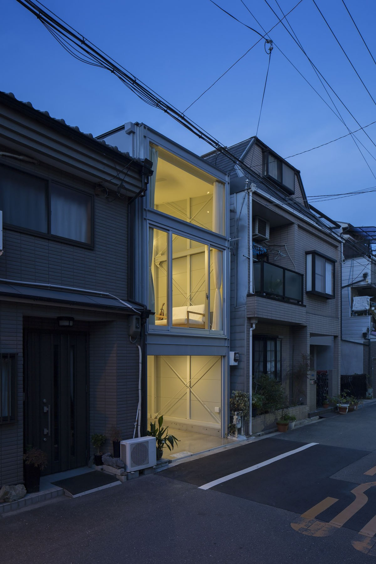 外観事例:夕景(『』の家|鉄骨狭小スキップフロアのガレージハウス【大阪市】)