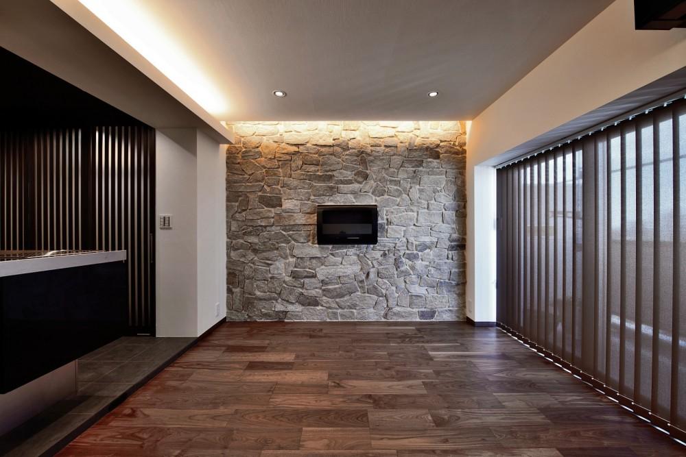 石材タイルがアクセントのリビングと小上がりを兼ね備えた和モダンリノベーション (LDK)
