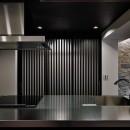 石材タイルがアクセントのリビングと小上がりを兼ね備えた和モダンリノベーションの写真 キッチン