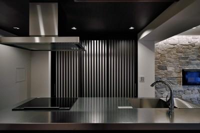 石材タイルがアクセントのリビングと小上がりを兼ね備えた和モダンリノベーション (キッチン)