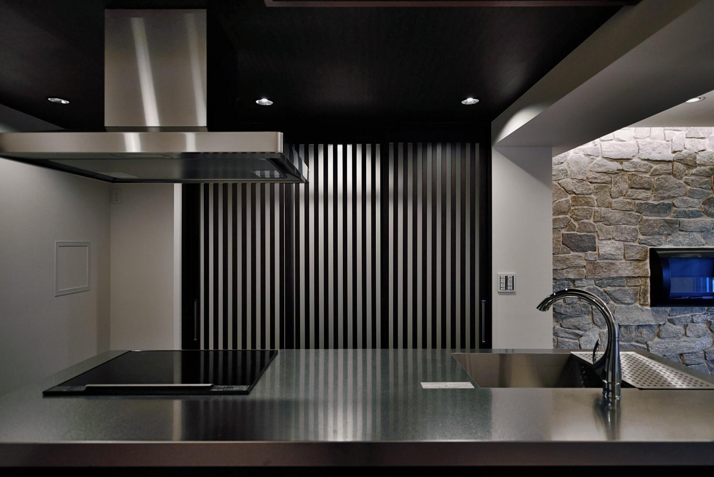 キッチン事例:キッチン(石材タイルがアクセントのリビングと小上がりを兼ね備えた和モダンリノベーション)