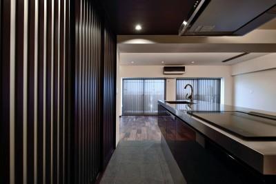 キッチン (石材タイルがアクセントのリビングと小上がりを兼ね備えた和モダンリノベーション)