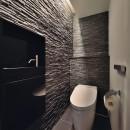 石材タイルがアクセントのリビングと小上がりを兼ね備えた和モダンリノベーションの写真 トイレ