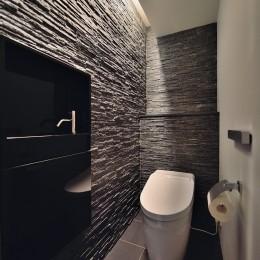 石材タイルがアクセントのリビングと小上がりを兼ね備えた和モダンリノベーション (トイレ)