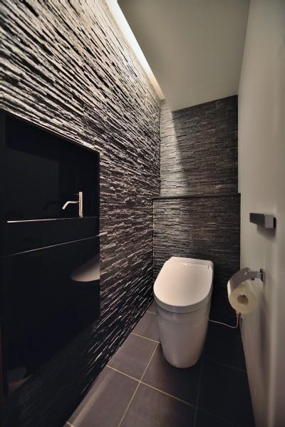 トイレ (石材タイルがアクセントのリビングと小上がりを兼ね備えた和モダンリノベーション)