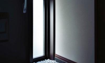 石材タイルがアクセントのリビングと小上がりを兼ね備えた和モダンリノベーション (玄関)