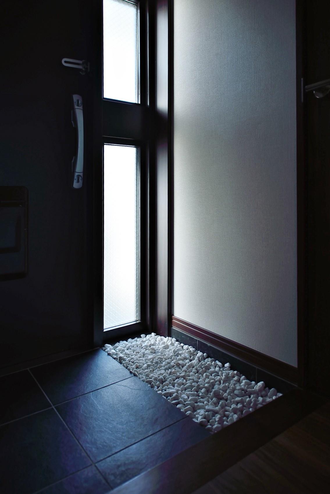 玄関事例:玄関(石材タイルがアクセントのリビングと小上がりを兼ね備えた和モダンリノベーション)