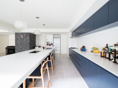 キッチン (タイルと石材によるラグジュアリーリノベーション)