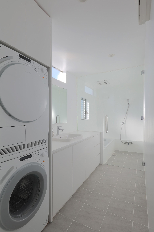 バス/トイレ事例:洗面、浴室(House in Kawanabe ~緑と共に暮らす家~)