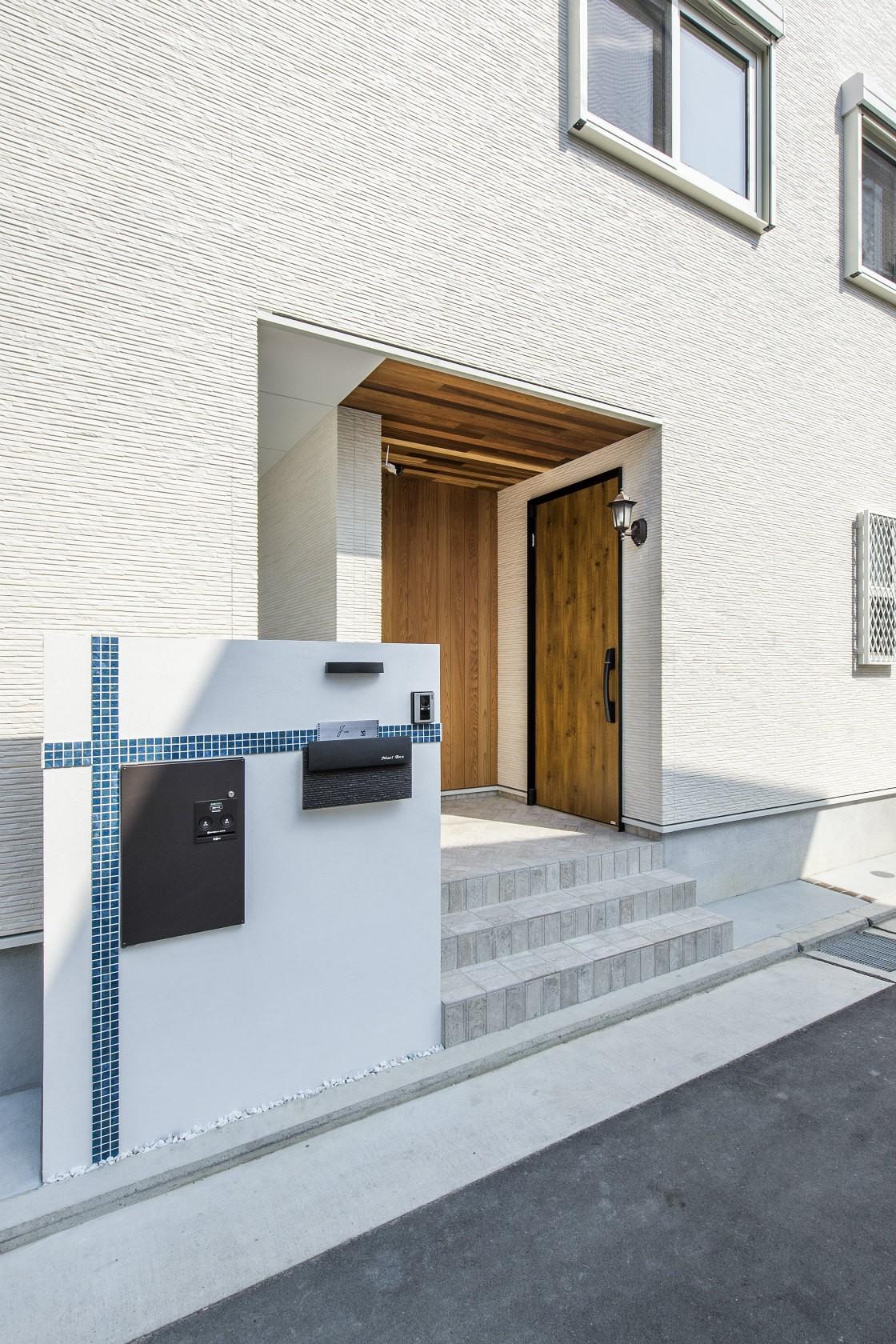外観事例:玄関(表札、ポスト、宅配ボックス)(スキップフロアのある家~パッシブハウス~)