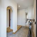 スキップフロアのある家~パッシブハウス~の写真 玄関ホール(2WAY・シューズクローゼット)