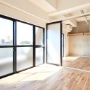 白を基調とした開放的なお家の写真 洋室