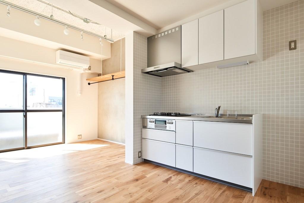 キッチン事例:ダイニングキッチン(白を基調とした開放的なお家)