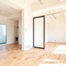 白を基調とした開放的なお家の写真 リビングダイニング