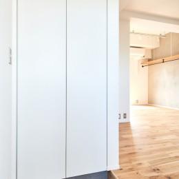 白を基調とした開放的なお家 (玄関)