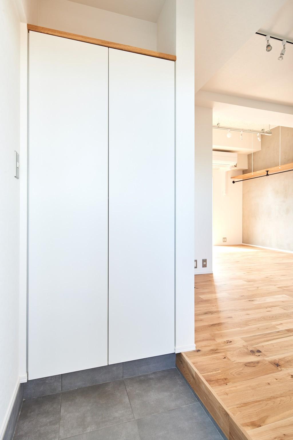 玄関事例:玄関(白を基調とした開放的なお家)