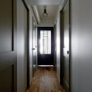 サーモウッドが溶け込む、味わいを楽しむ暮らしの写真 廊下