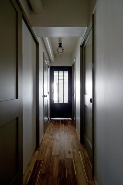 廊下 (サーモウッドが溶け込む、味わいを楽しむ暮らし)
