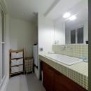 サーモウッドが溶け込む、味わいを楽しむ暮らしの写真 洗面室