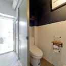 サーモウッドが溶け込む、味わいを楽しむ暮らしの写真 トイレ