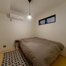 サーモウッドが溶け込む、味わいを楽しむ暮らしの写真 寝室